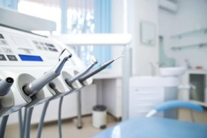 A picture of a dentists office that features equipment used in emergency dentistry